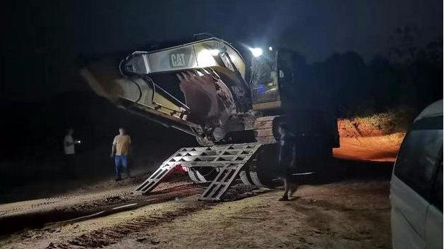 2台挖机挖,6台货车运,以为假期不执法?汨罗查获一起非法采矿案