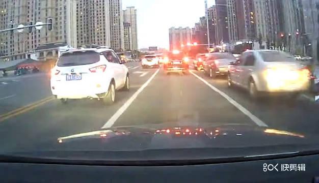 【网友曝光:大概昨天下午6点多,车牌蒙AT450