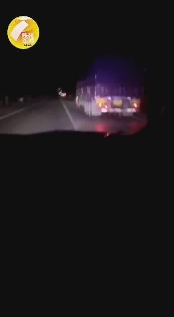 谨防路面结冰酿事故!咸阳长武交警夜间喊话提醒大货车关闭淋水