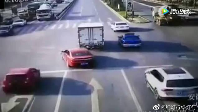 无牌车不按导向车道行驶,被直行车撞翻,不遵守交通规则