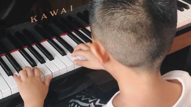 喆是个超级好动的小孩儿,而学钢琴是一件苦差事