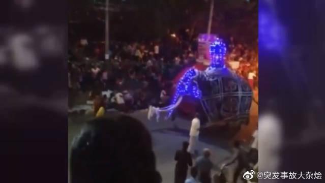 9月7日,斯里兰卡科伦坡一场街头庆典上,表演者正跳着传统舞蹈