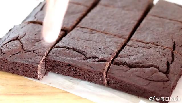 这就是巧克力切块布朗尼的制作,是不是比你想象中的简单呢?