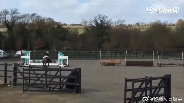 近日,英国马术新星艾奥娜在农场骑马玩耍跨过干草堆时失误