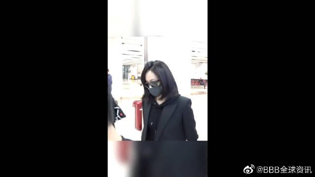 抵达韩国吊唁雪莉,身穿黑色西装戴墨镜口罩遮面,低头疾行!
