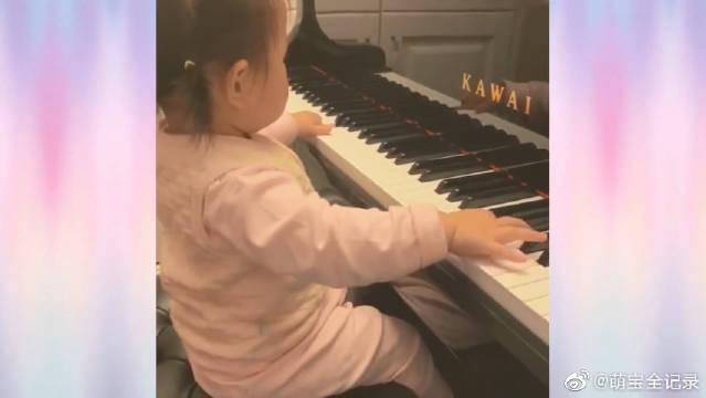 感觉没断奶就要学琴了,这位小宝宝真的太有音乐天赋了!