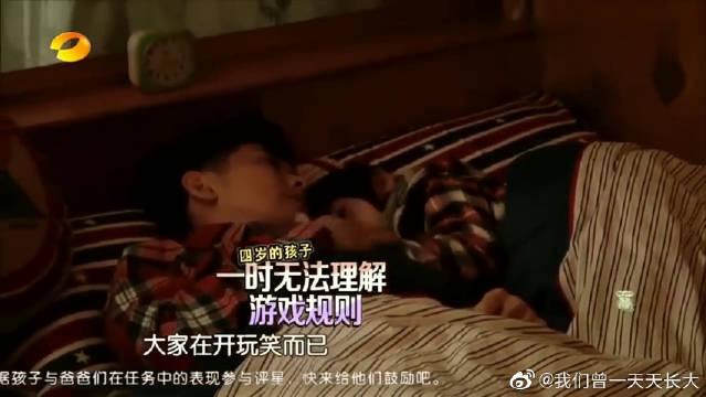 林志颖超温柔安抚kimi睡觉,真是太有感觉了!这个爸爸太温柔了