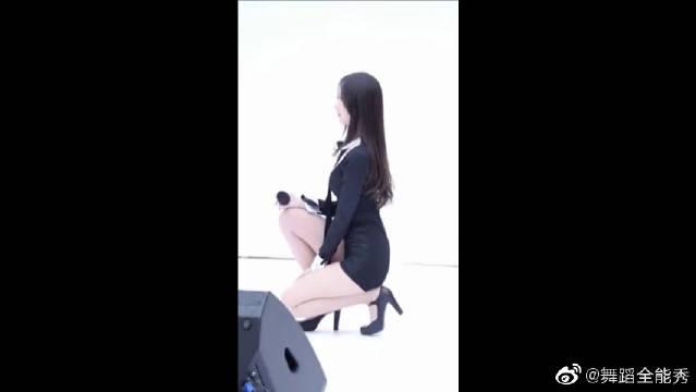 清纯长腿美少女舞蹈:亭亭玉立的美女舞者,恰似温柔的初恋小姐姐