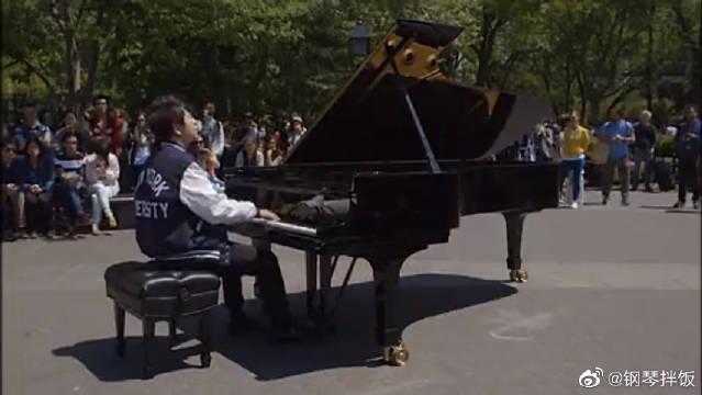 郎朗外国街头钢琴独奏《蓝色狂想曲》,突然有点心疼钢琴~