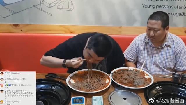 """兴森参加大胃王比赛,一大盘面条被""""喝""""进肚子里,太震撼了"""
