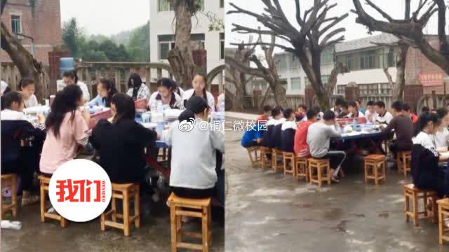 中学生震后围坐操场复习 食堂搬到室外排队打饭