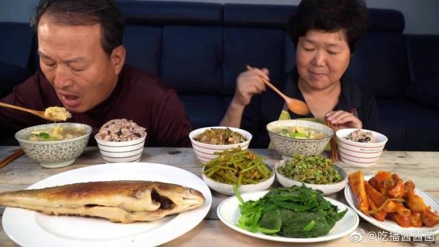 韩国农村一家人,儿子不在,老两口今天吃煎鲭鱼,波拉克鱼肉鸡蛋汤