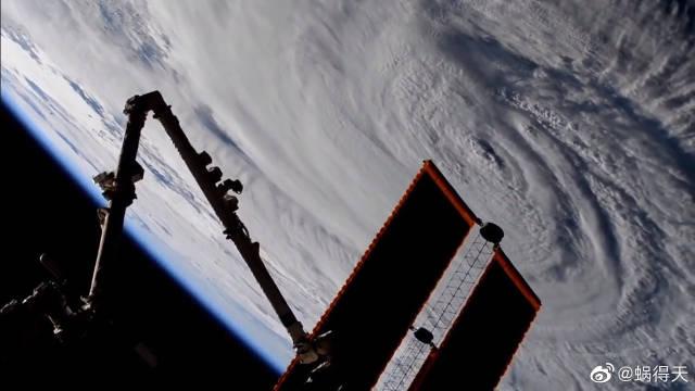 从太空俯瞰震撼的飓风