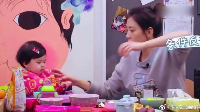 贾静雯和两个女儿的早餐日常,波妞吃饭超可爱,咘咘不愿吃青菜。