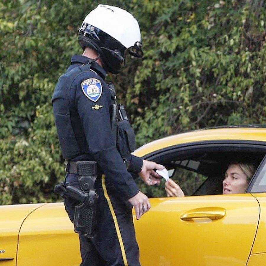 """维密天使""""大牙缝""""Jessica Hart 比弗利山庄驾车超速装逼被抓!"""