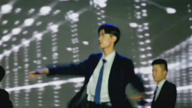 山东女子学院迎新晚会上表演跳舞的学长,憨是憨了点
