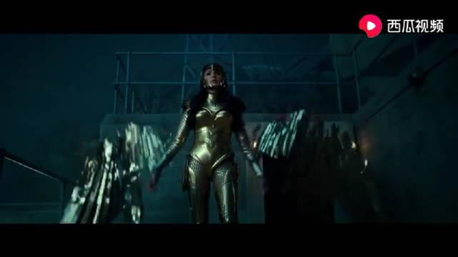 魅力女神盖尔·加朵《神奇女侠2》黄金版身披战甲