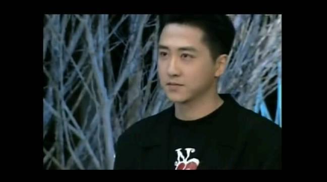 初次登上春晚的庾澄庆也太帅了啊!浓眉大眼,是父母们喜欢的长相。
