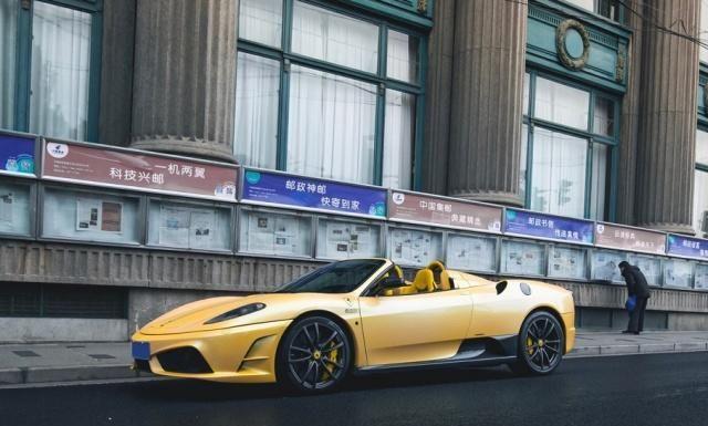 上海仅2辆的敞篷法拉利,价值600万,停路边淋雨,车内有铭牌!
