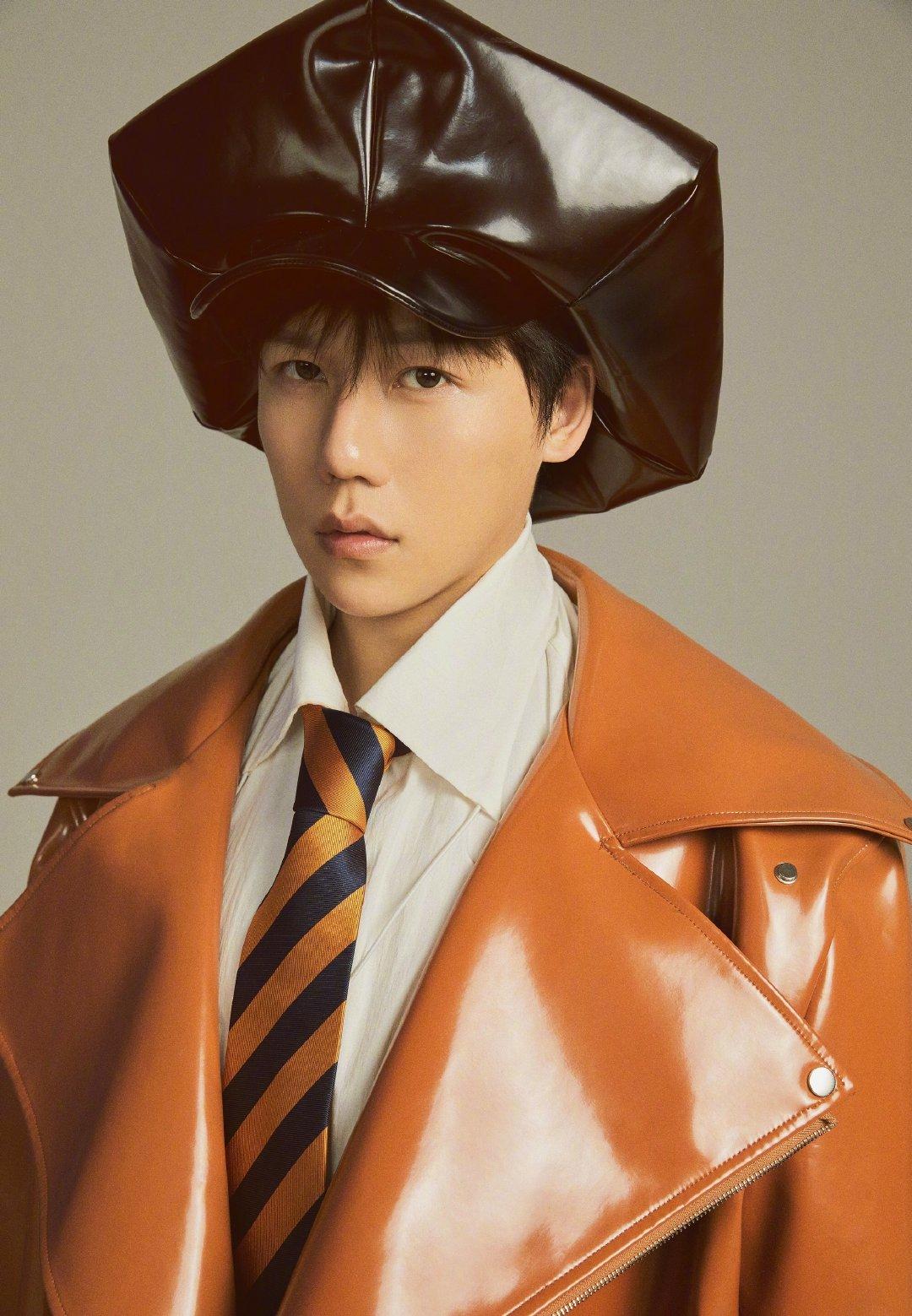 刘维最新写真,黑色六边形漆皮贝雷帽吸睛十足,这也太显脸小了吧~