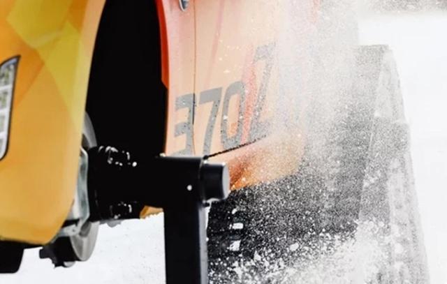 变身雪地大摩托!日产推370Zki跑车
