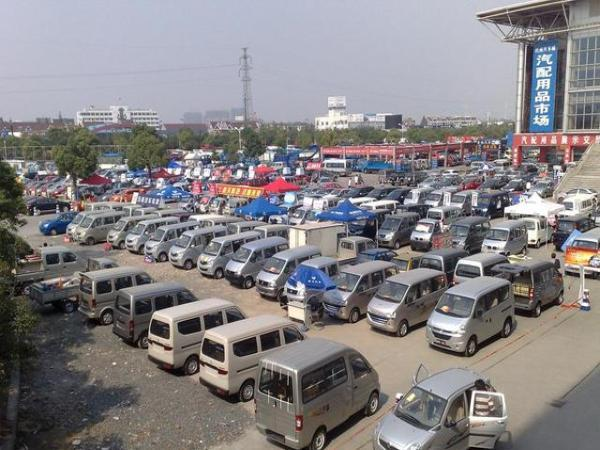 北京二手车堆成山,降至千元一辆都卖不动,车贩子道出实情
