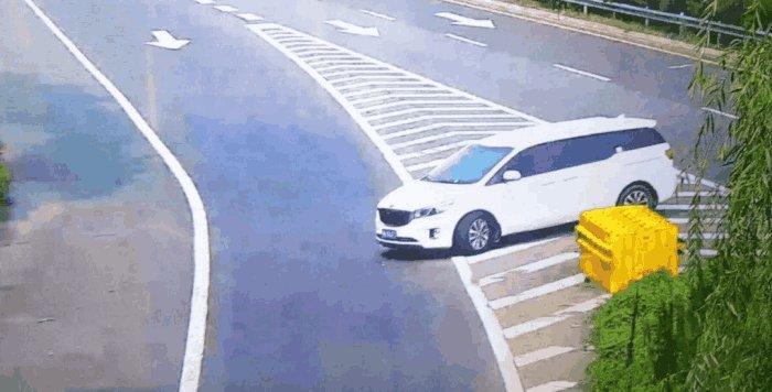 开车错过高速出口怎么办?老司机:不用倒车,走这既不扣分还安全