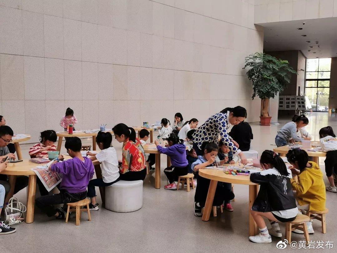 近日,木雕涂色活动在我区博物馆开展。小朋友们化身小小设计师