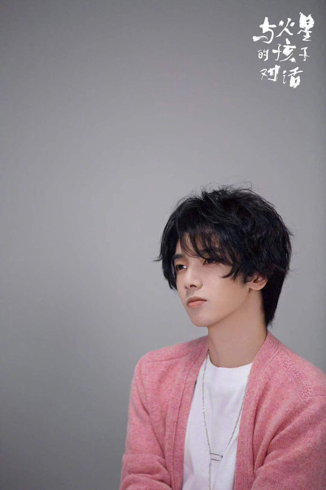 @华晨宇yu 新歌先导片宣传照新鲜出炉。一袭粉色毛衣搭配蓝白牛仔裤