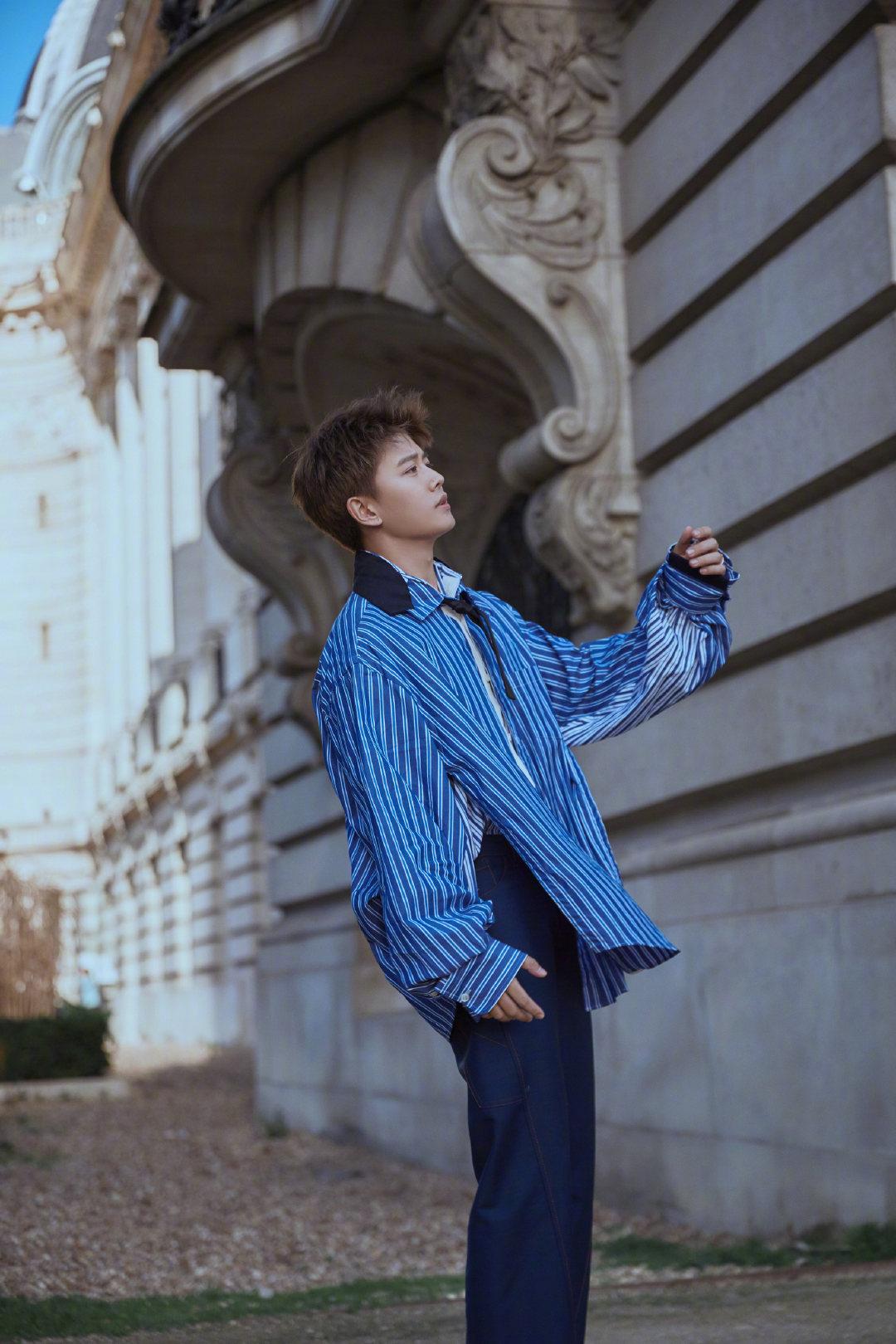 @任嘉伦Allen 巴黎街拍照曝光条纹衬衫与深蓝色长裤的搭配清爽干净