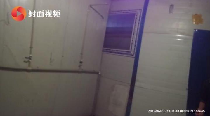 工地工友扒窗户偷窥女浴室,被发现后反威胁:拿刀捅死你们