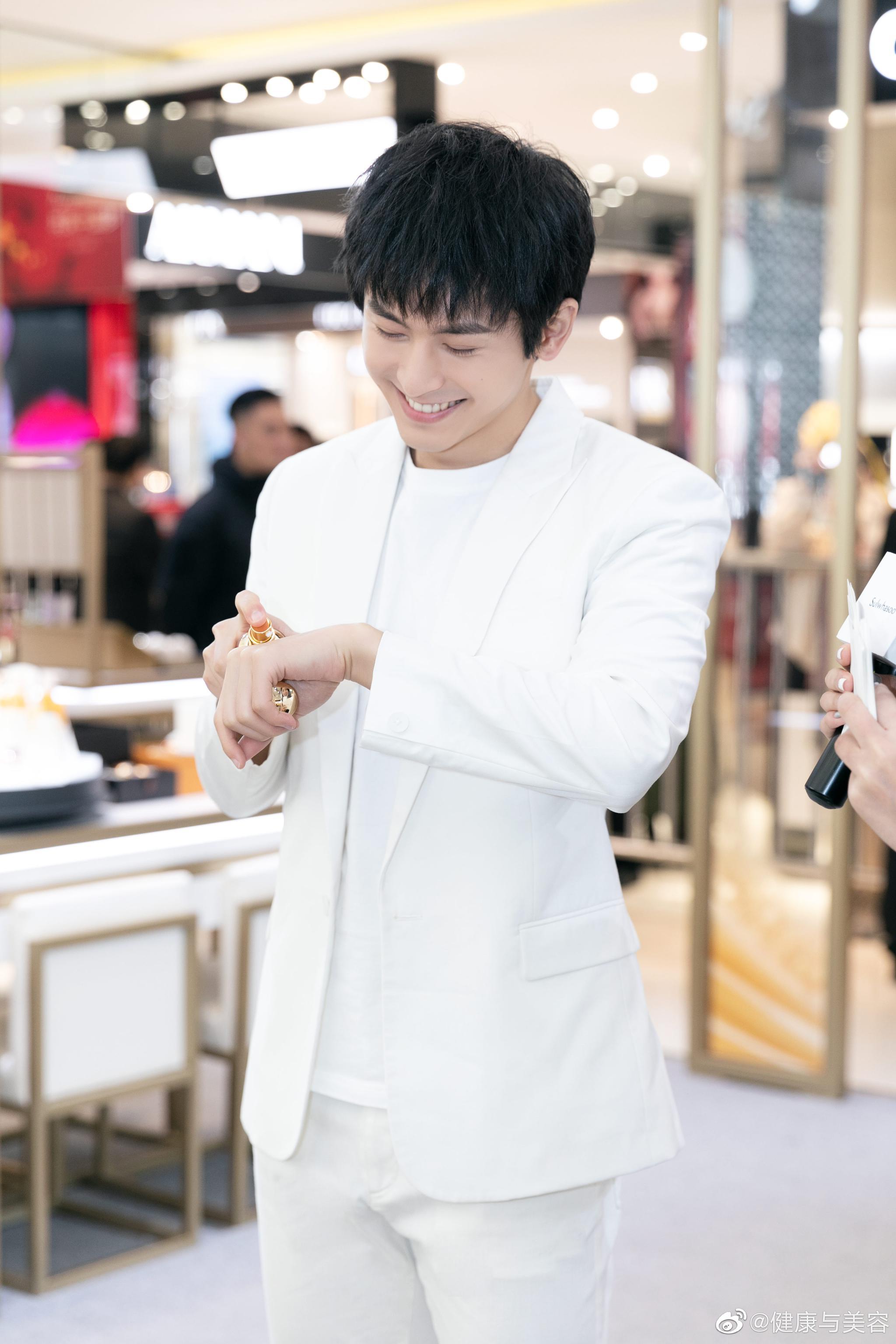 今日,演员张哲瀚@张哲瀚疯子 出席了雪花秀的品牌活动