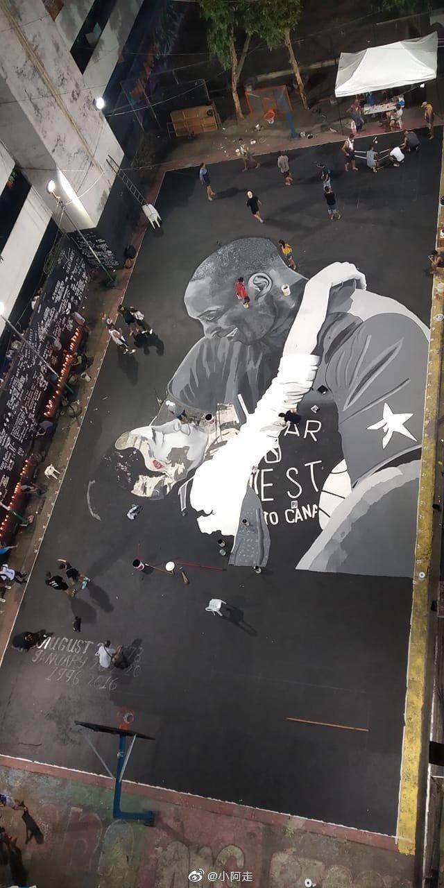 菲律宾街头球场用涂鸦缅怀科比和Gigi。