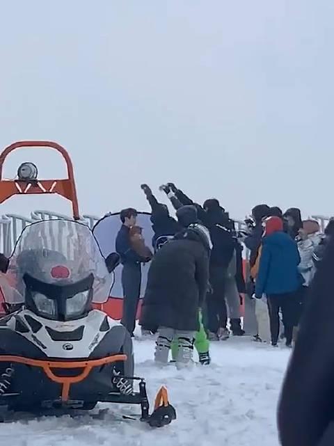 有网友遇见王俊凯在滑雪场拍杂志,视频中王俊凯抱着一只小狗狗