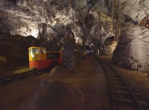 世界上最大的溶洞之一,步行参观相当困难,游客需要坐火车游览