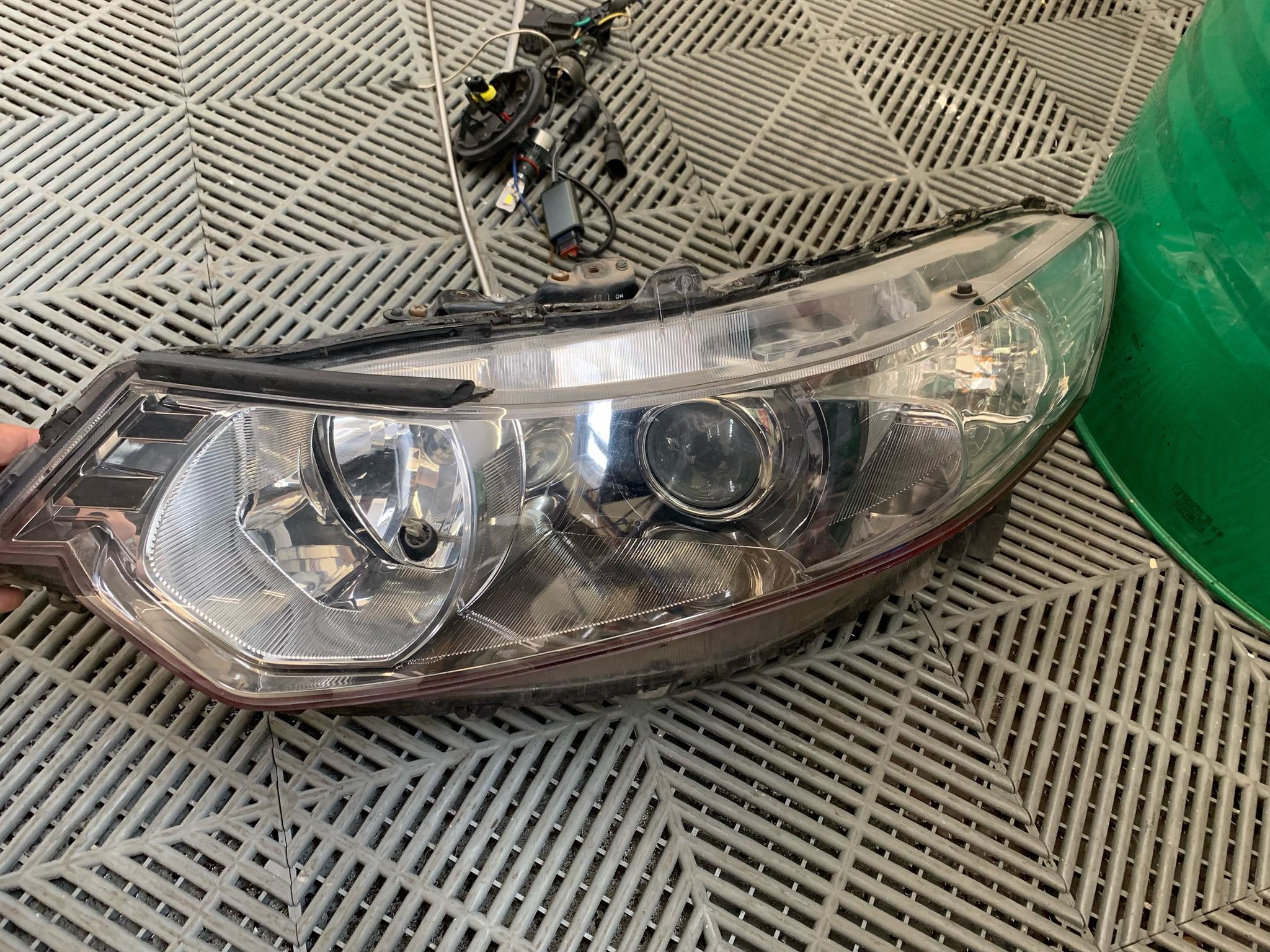 这台思铂睿,原车主在改大灯的时候,把原来的插头都直接剪了