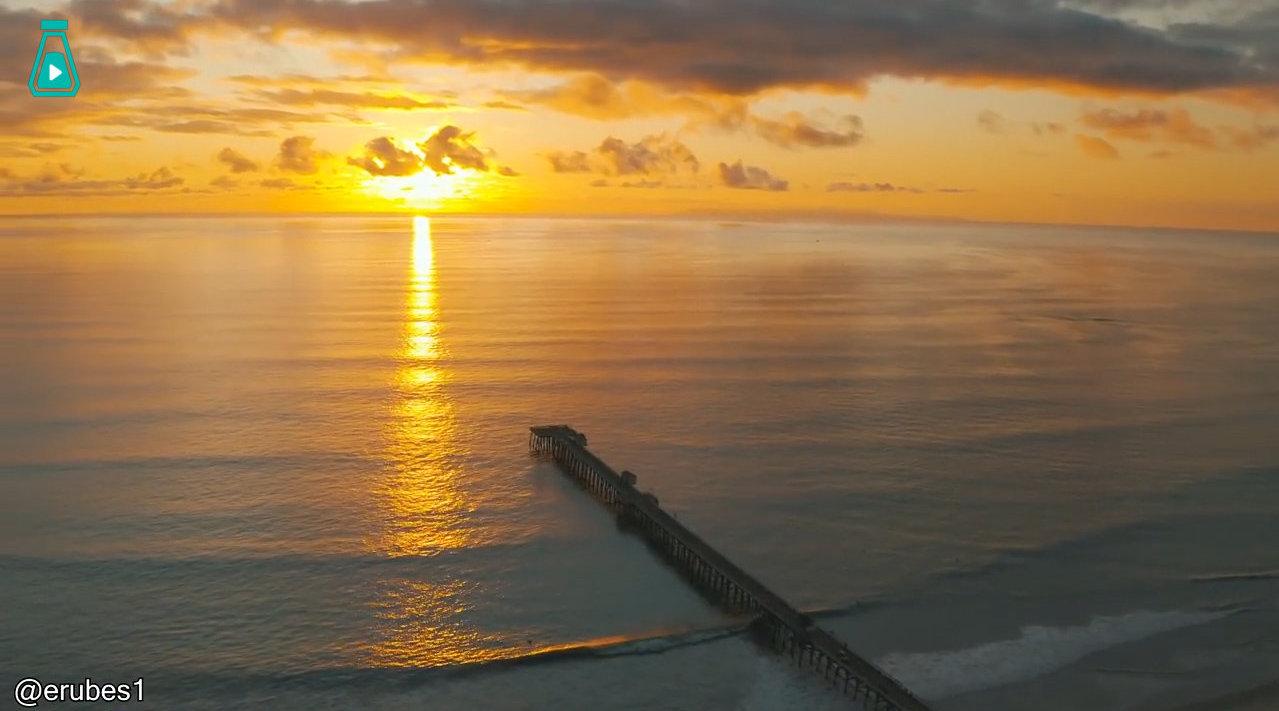 网友erubes1拍摄的南加州海滩的夕阳,金色光芒伴着海的声音