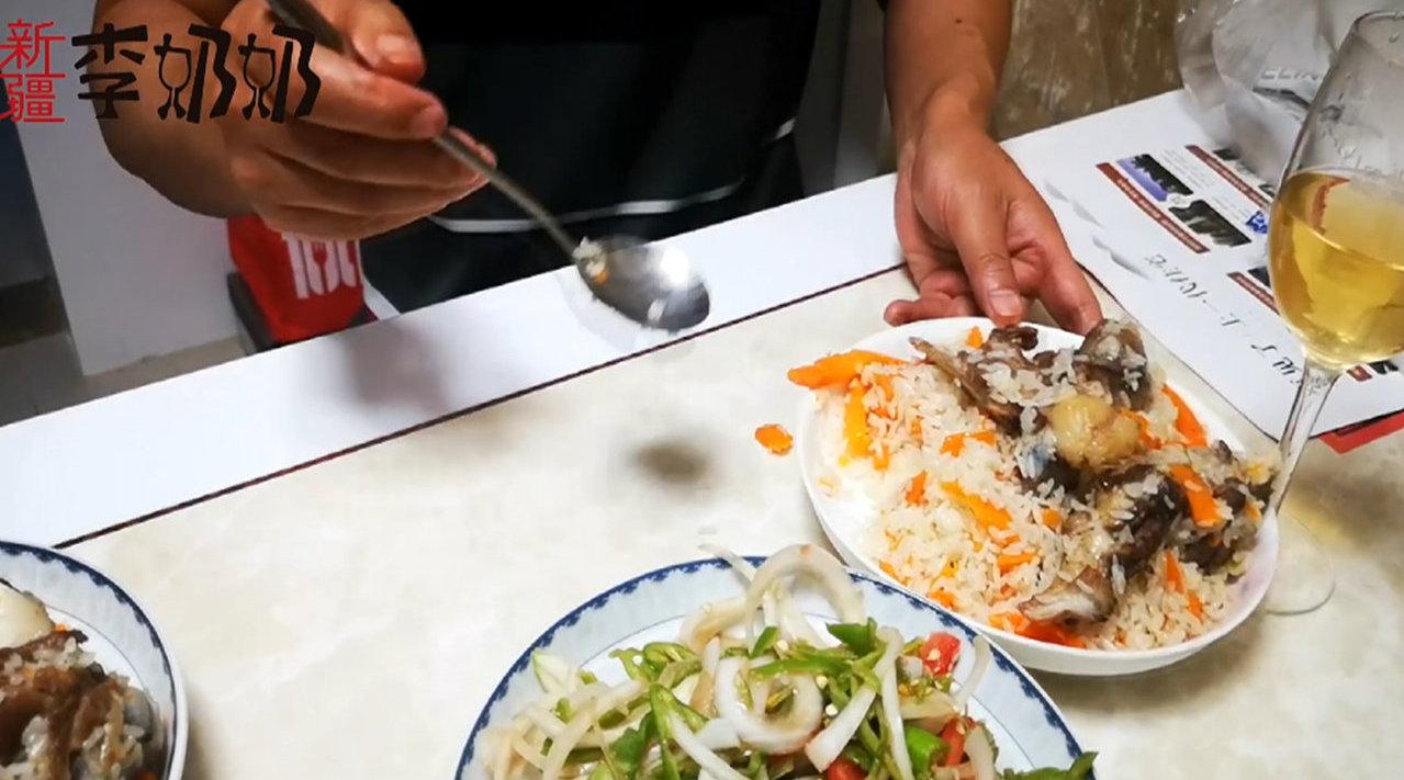 新疆的小锅抓饭,配上当地的皮辣红,三碗米饭都不够!  @微博视频