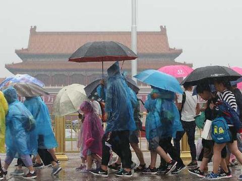 """北京""""三伏""""最后一天降雨降温 游客冒雨游览天安门乐享清凉"""