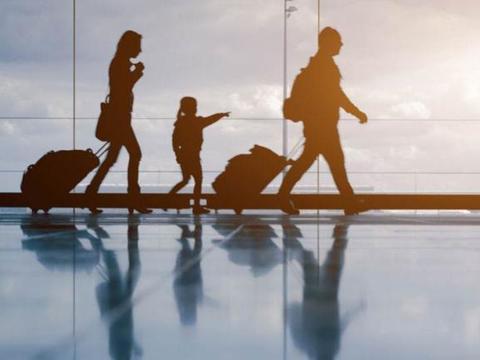 """为何在旅行时,中国人大多喜欢""""拖箱子"""",而外国人""""爱背包""""?"""