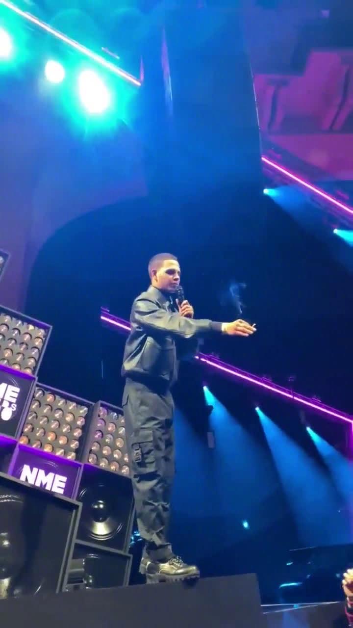 歌手Slowthai在NME颁奖典礼发表获奖感言时,被台下观众打断