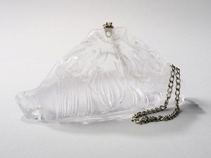 精美绝伦的女士手包样式的玻璃雕塑来自Lost and Found