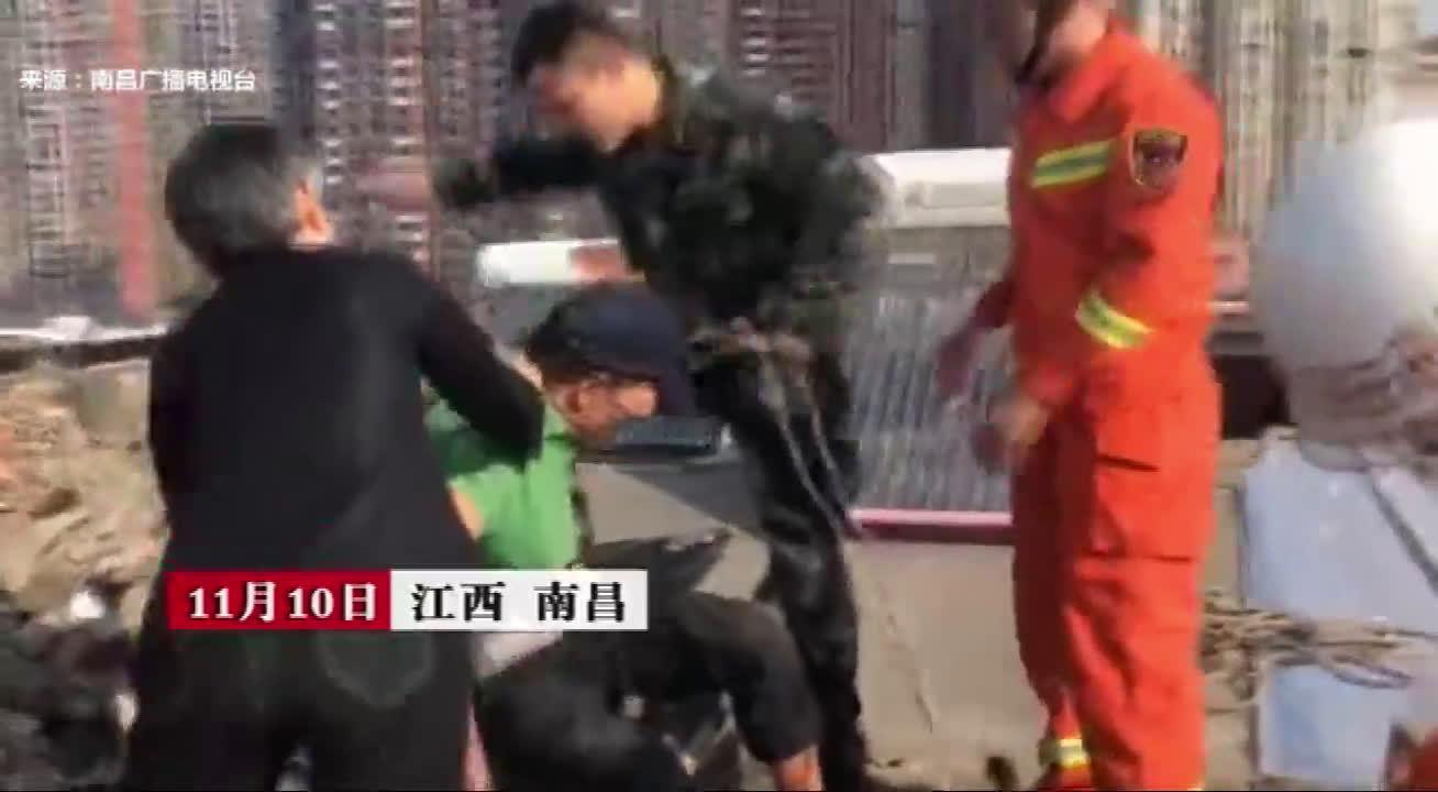 中风老人被困楼顶 消防员接力救人