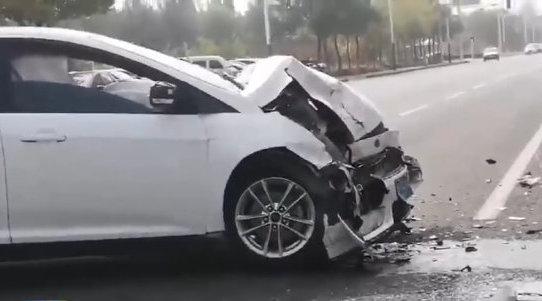 突发!滨州市区两车相撞 奔驰被撞翻福特车头受损严重