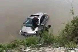 7月4日10时30分许,一女司机驾驶一吉D牌照的尼桑轿车