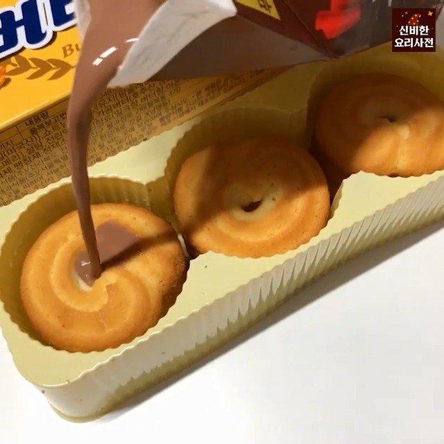 韩网一直非常流行的黄油曲奇饼干的好吃的方法~~浇上巧克力牛奶~~真的