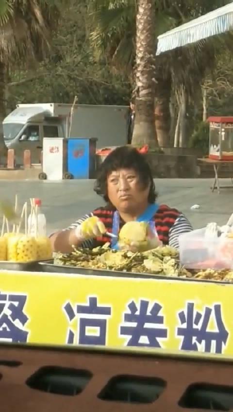 我还以为金宝大哥在卖菠萝呢!