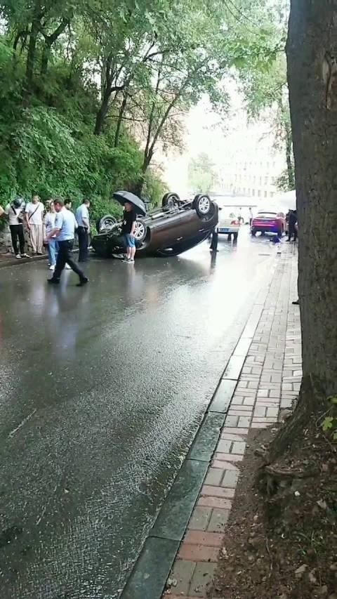 通化师范学院山坡,一辆轿车发生事故