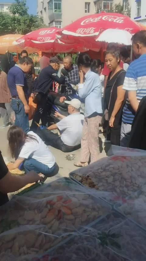 今天上午广西市场一幕,一老人倒地不起,救护车都来了,原因不明!