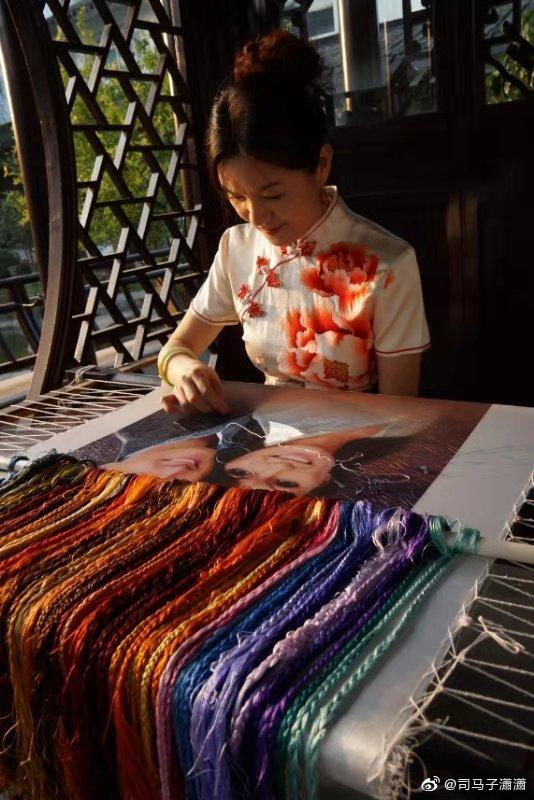 她说,她用苏绣讲述中国故事。国庆70周年阅兵大典,她站在观礼台上
